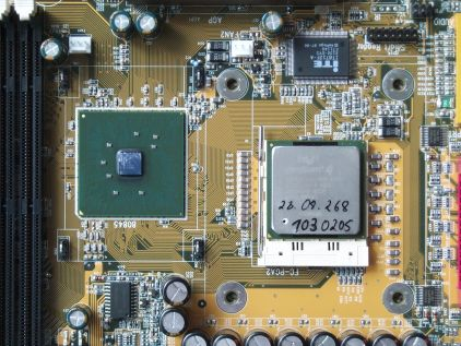Chipsatz: links - Prozessor: rechts