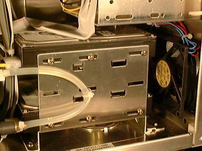 Gehäuselüfter (rechts) vor Festplatten