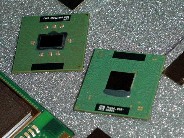 Mobile Pentium 4 rechts, Pentium III-M links (Quelle Akiba)