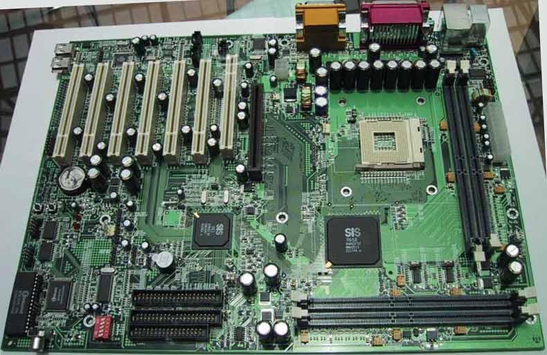 SiS658 Dualchannel RDRAM Chipsatz, klicken für Grossansicht Gesamtmainboard.