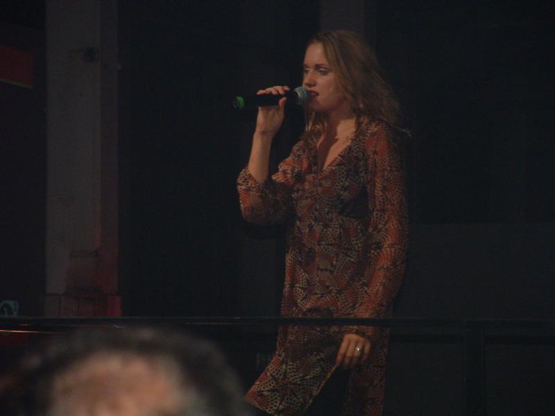 Sängerin trug einen ''Radeon-Song'' vor