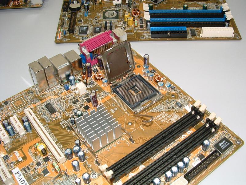ASUS P5AD2 Board mit Alderwood Chipsatz und Sockel-T
