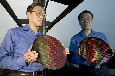 Intel Manager Sunlin Chou mit Dual Core Wafer