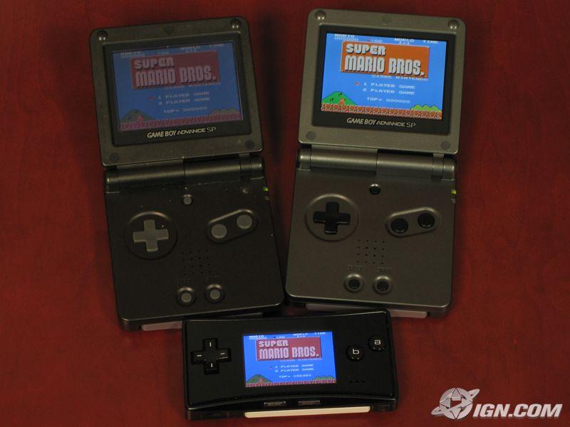 Links der alte, rechts der neue GBA SP (unten der Micro)
