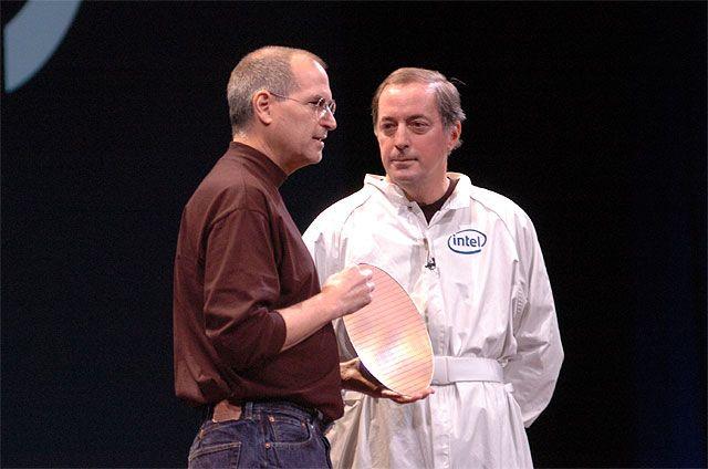 Intel-Chef Paul Otellini bringt Apple-Chef Steve Jobs einen CPU-Wafer