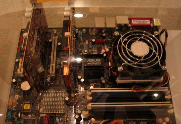 ATI System mit zwei RV560 Grafikkarten im CrossFire Verbund mit Bridge (oben)