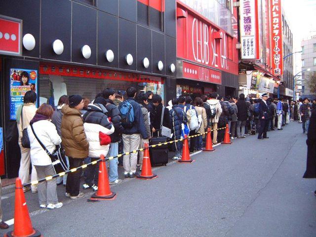 Anstehen für Nintendo Wii in Japan