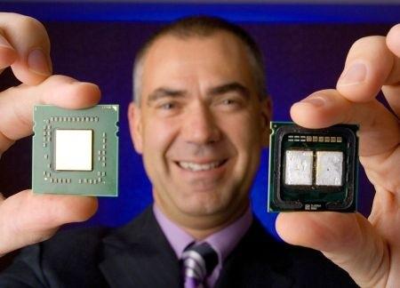 AMDs Henri Richard mit AMD Quad-Core links und Intel Quad-Core rechts