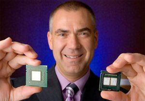 AMDs Henri Richard mit Barcelona links und Intel Quad-Core CPU rechts