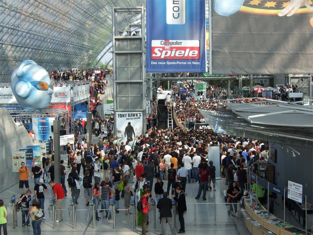 Der Eingangsbereich der Messe ist bereits gut gefüllt