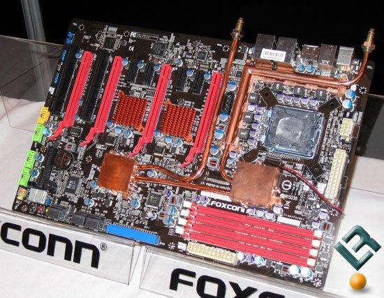 Zwei 24-Pin ATX-Stromanschlüsse, zusätzliche Chips zwischen den PCIe Graphics Slots