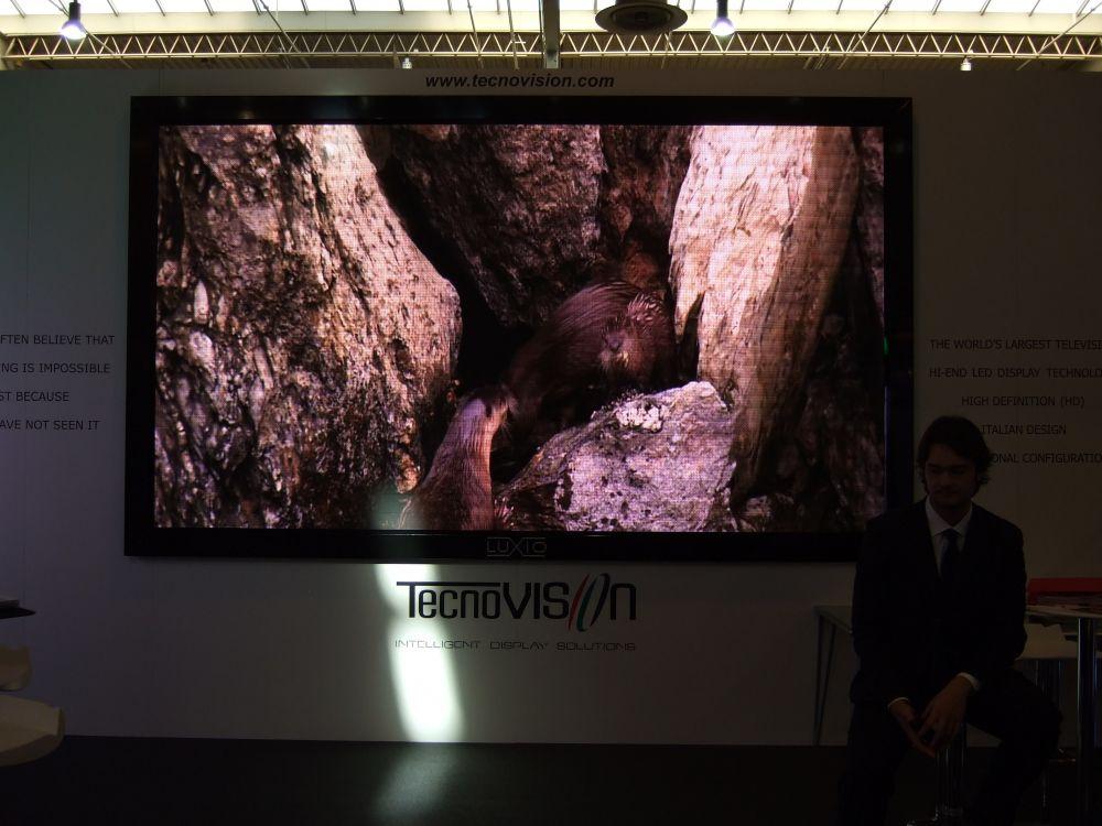 Überall auf der CeBIT sind riesige LCD-Bildschrime zu sehen
