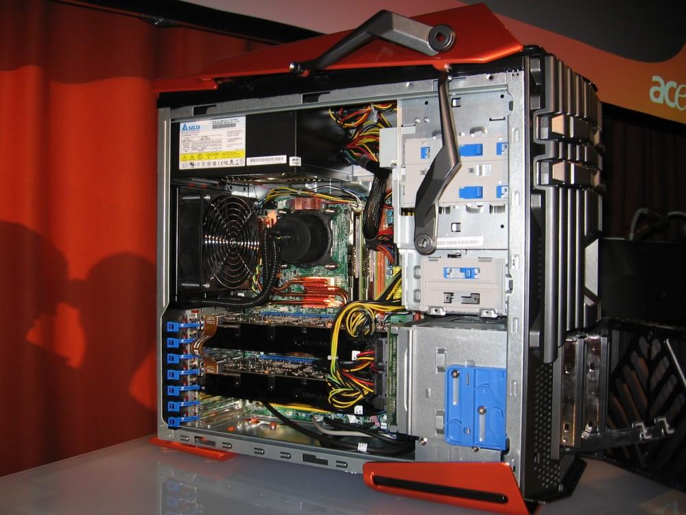 Geöffnetes Gehäuse: CPU wassergekühlt