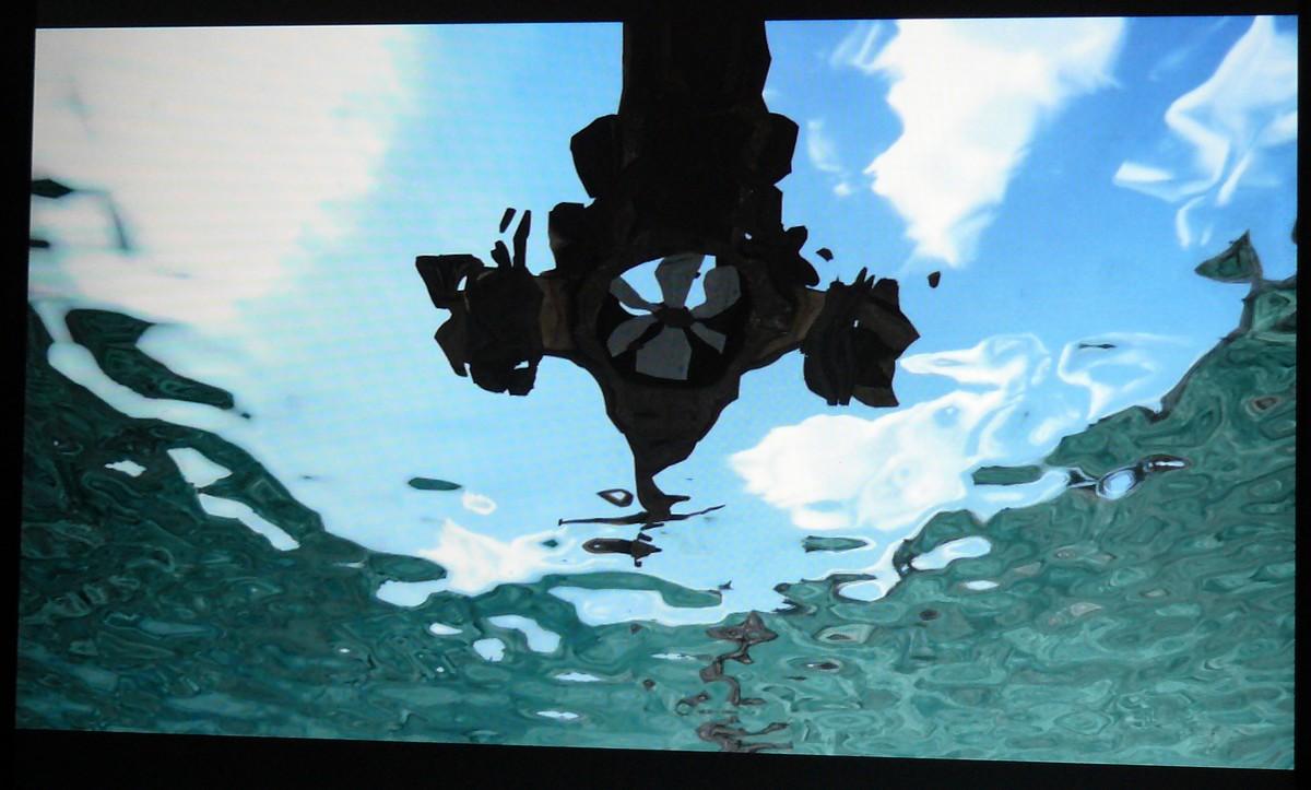 Blick von unter Wasser nach oben auf ein Flugobjekt