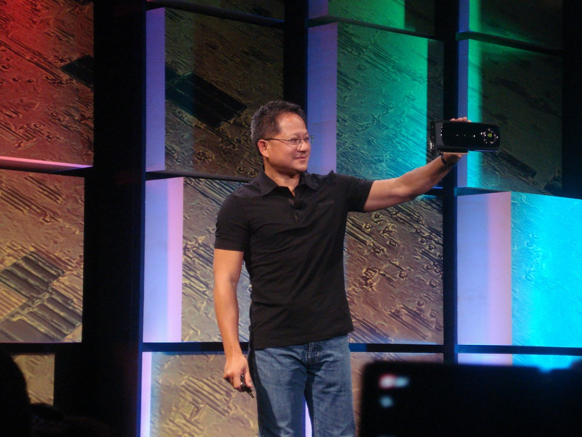 Nvidia-Chef Jen-Hsun Huang zeigt Fermi Grafikkarte