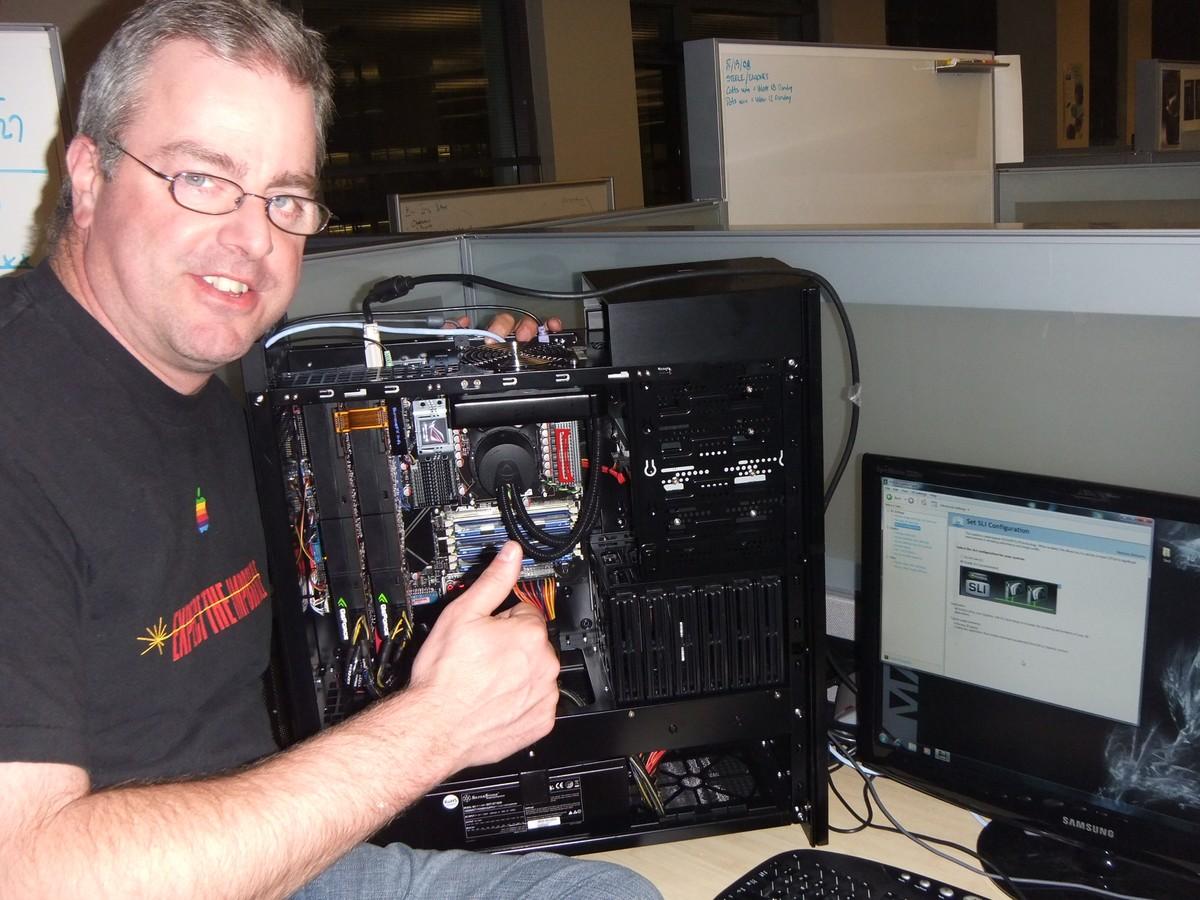 Tom Petersen mit zwei GF100 Grafikkarten