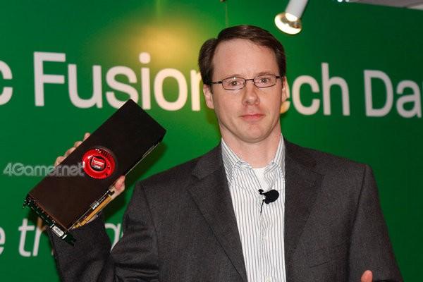 Matt Skynner, General Manager von AMDs Grafik-Business, zeigt die neue Grafikkarte