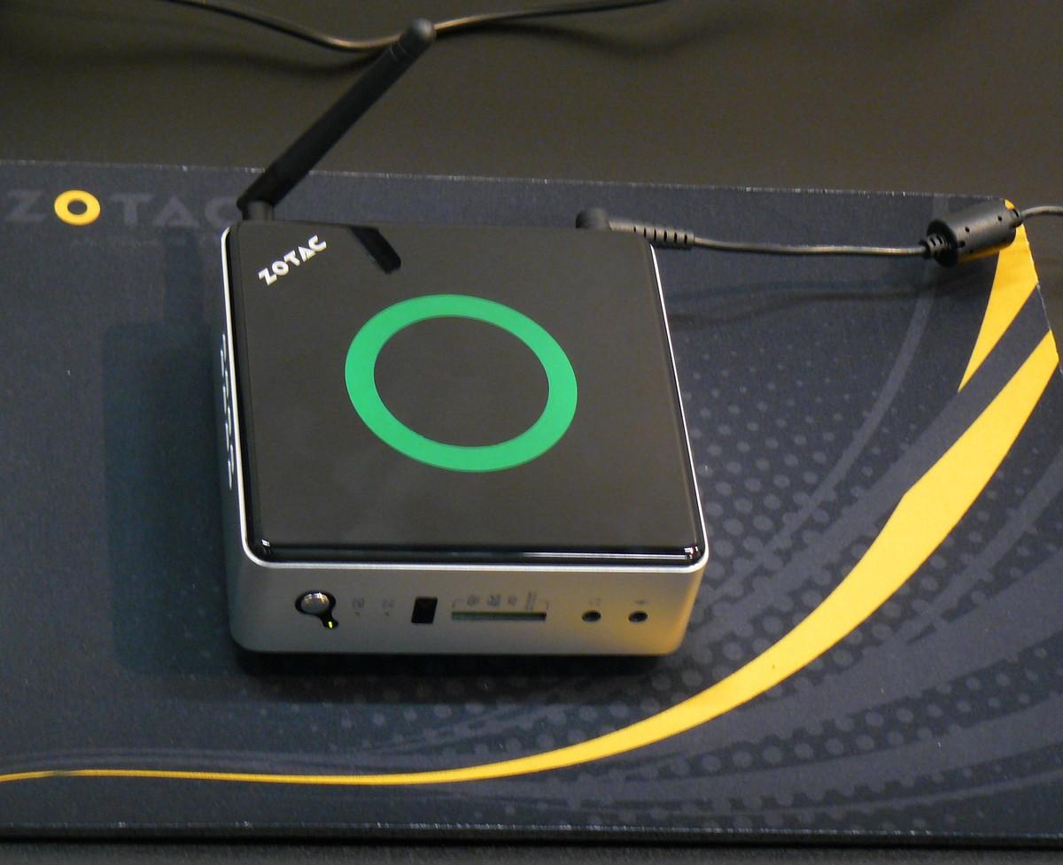 Zbox Nano im Betrieb mit grüner Beleuchtung