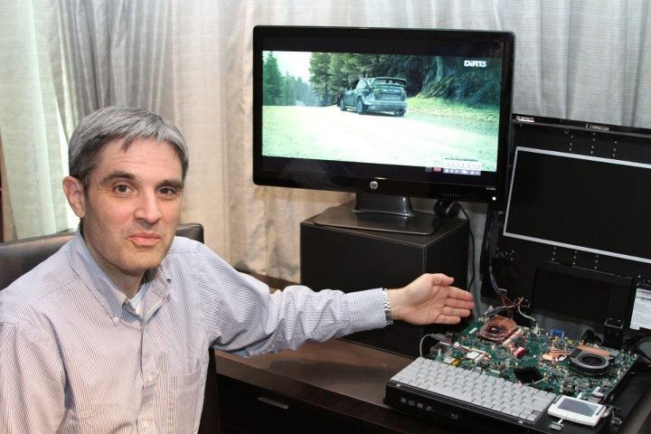 David Cummings (Director of Technology Management, GPU Division) zeigt die 28-nm-Notebook-GPU