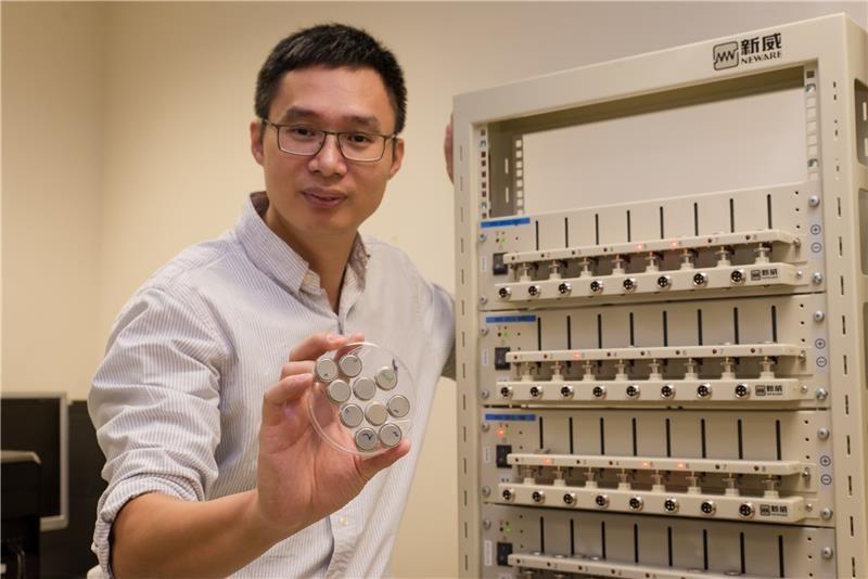 NTU-Prof. Chen mit den neuen Akkus und der Teststation (Bildquelle: NTU Singapore)