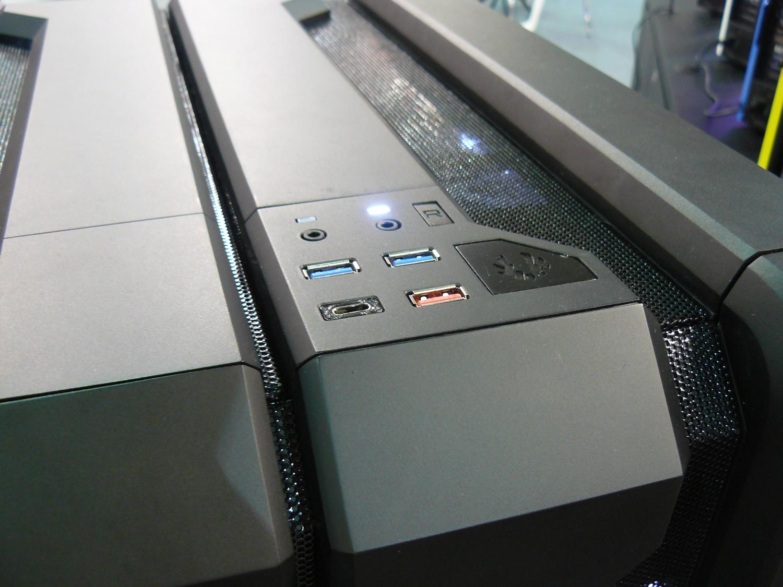 Atlas Frontpanel mit zweimal USB 3.1: Typ-C und Typ-A