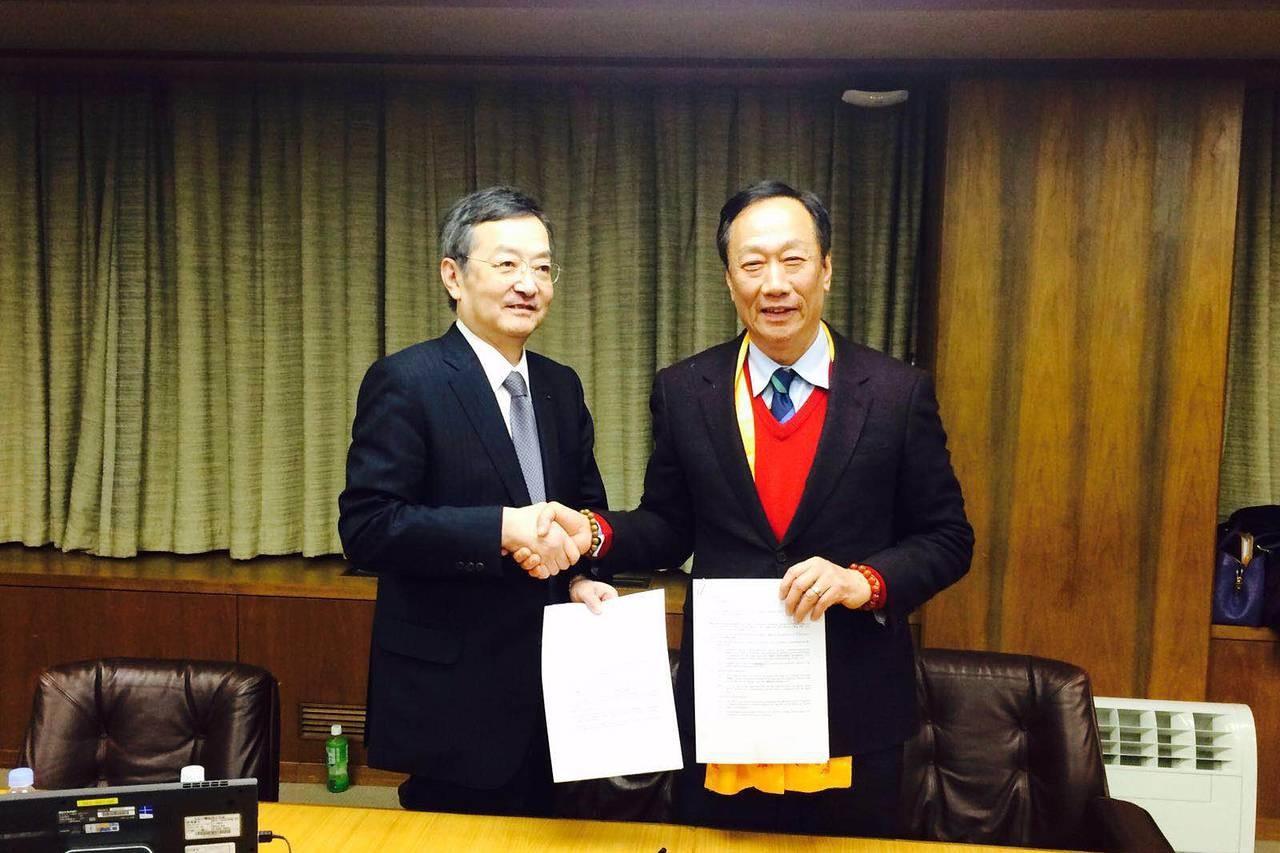 Sharp-CEO Kozo Takahashi (links) und Foxconn-Vorsitzender Terry Gou