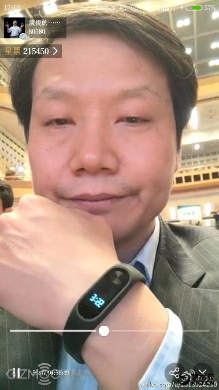 Xiaomi-Chef Lei Jun mit Mi Band 2