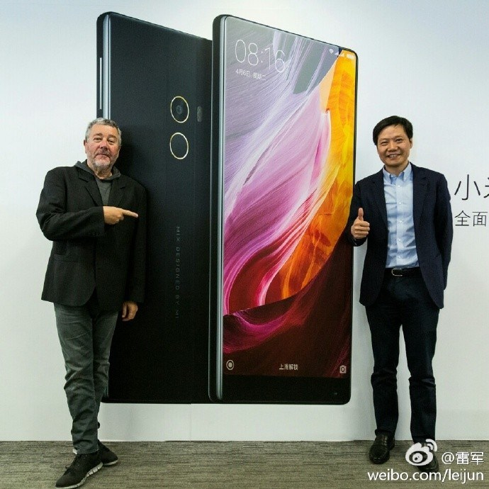 Philippe Starck & Lei Jun mit dem Xiaomi Mi Mix