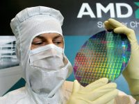 AMD-Techniker mit Wafer